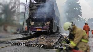 Bus Tingkat PO Karina Terbakar di Pool Cilandak