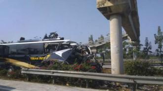 Laka Fatal di Tol Cipali: Bus Tiban Inten Melaju Kencang Hantam Beton Tiang JPO, Lalu Terbelah