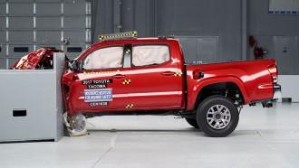 Pick Up Buatan Toyota dan General Motor Raih Hasil Bagus dalam Uji Tabrak