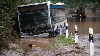 Banjir Bandang Di Jerman, Juga Menyapu Truk Dan Bus Besar