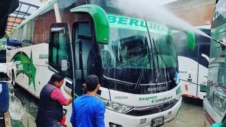 Bukan Hanya Indonesia, Bus di Kolombia Juga Disemprot Disinfektan