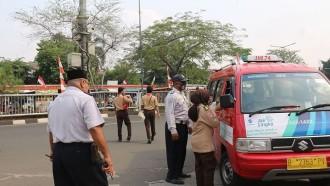 Anggota Pramuka Sosialisasi Pemakaian Masker ke Pengemudi Angkot