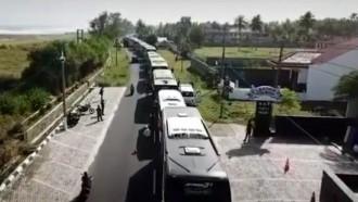 Puluhan Bus Mengular di Pantai Pangandaran, Ada Apa?