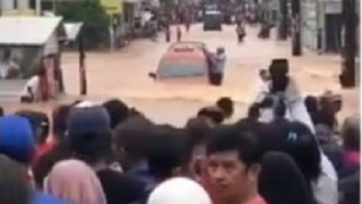 Viral Angkot Isuzu Panther Terjang Banjir Jakarta, Ini TipsPenanganan Pertama Pascabanjir