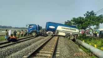 Ajaib! Hindari Kendaraan Lain, Truk Tangki Isuzu Giga Ini 'Lompat' ke Jalur Rel Kereta Api