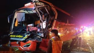 Bus Patas Hantam Pantat Truk di Tol Jombang-Mojokerto, Kondektur Tewas