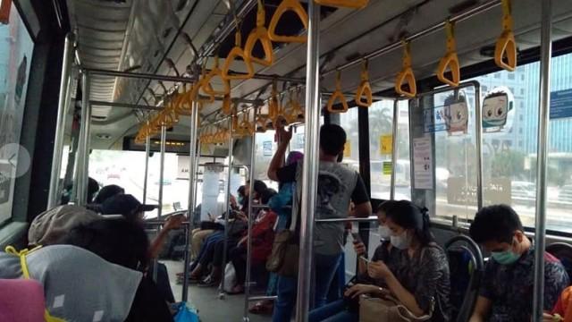 Transjakarta Pangkas Jumlah Bangku Dan Handgrip Di Bus