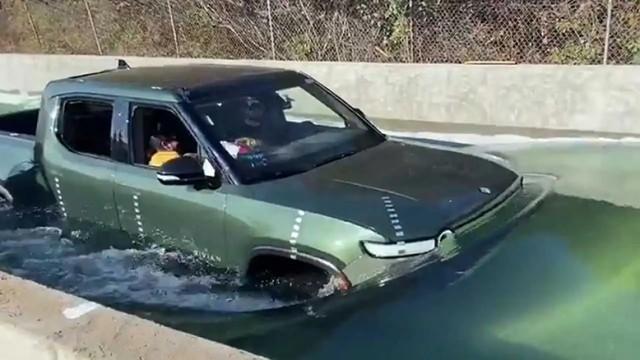 Mencoba Pikap Listrik Menerjang Banjir