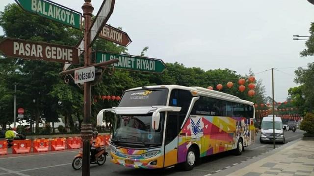 Mau Berkeliling Kota Solo Sambil Ngopi? Bisa Pilih Bus Mata Trans Ini