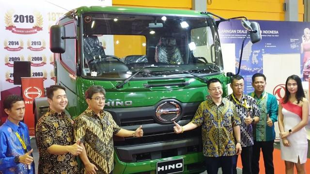 Hino Pamerkan 2 Truk Sampah dan Tractor Head Penarik Trailer di Makassar
