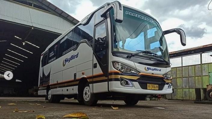 Medium Bus Baru, Catur Karoseri, Tetap Gagah Pakai Single Glass